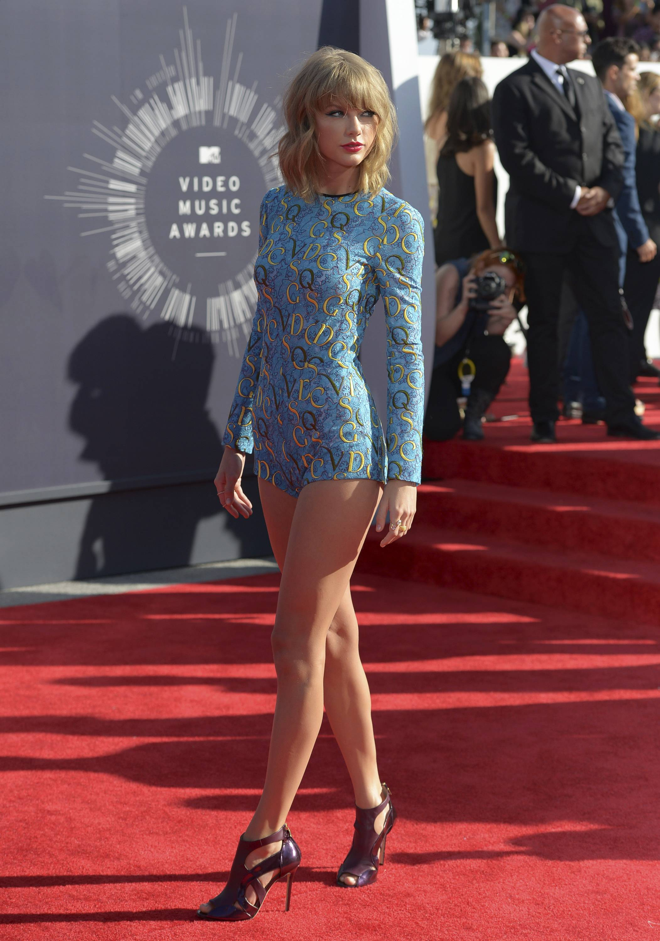 Taylor Swift, who rarely makes a fashion misstep, turns out for the VMAs in a tiny romper.