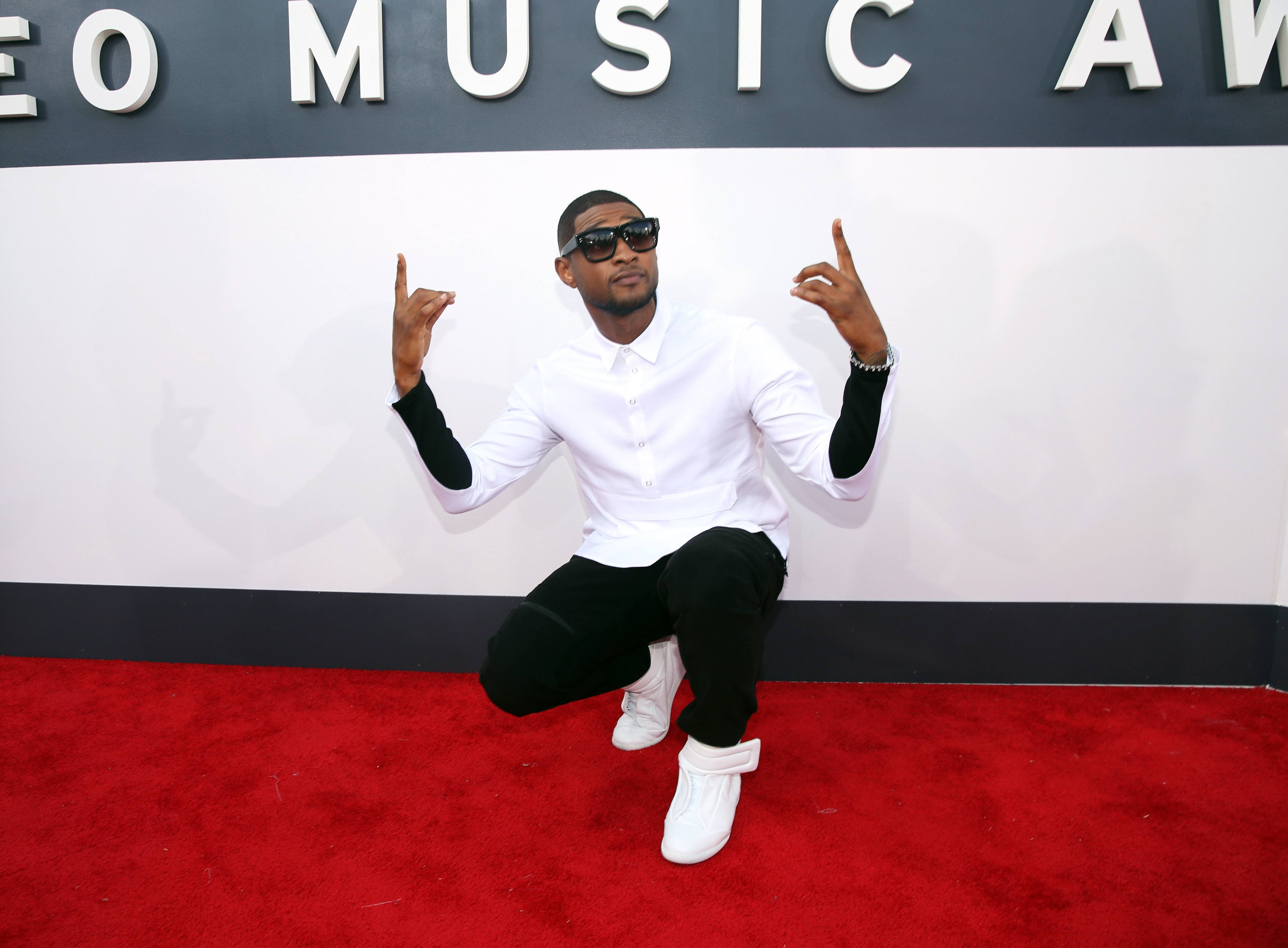 Usher has a little fun on the red carpet at the MTV Video Music Awards.