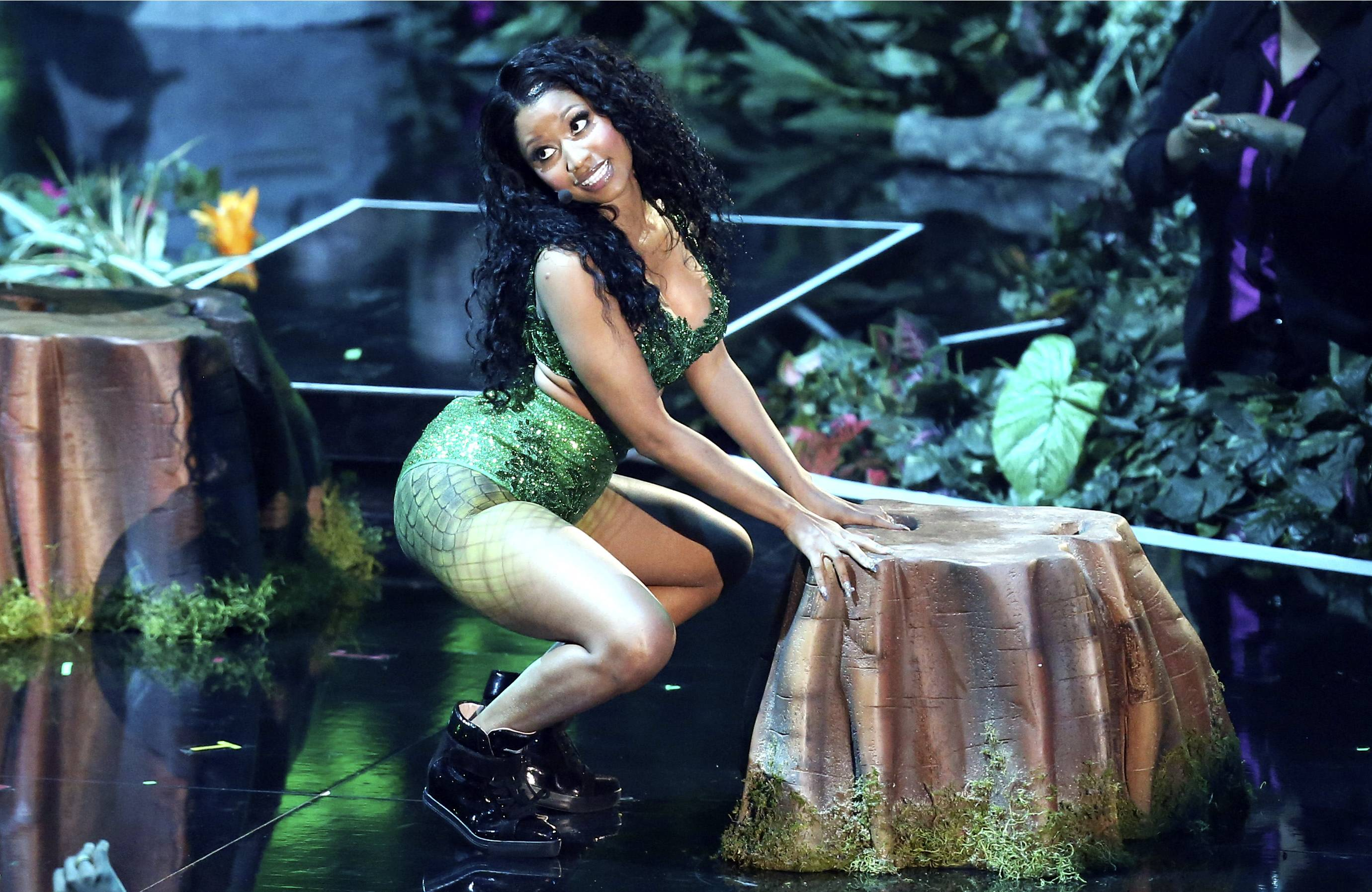 Nicki Minaj ditches the snakes for this performance at the MTV Video Music Awards.