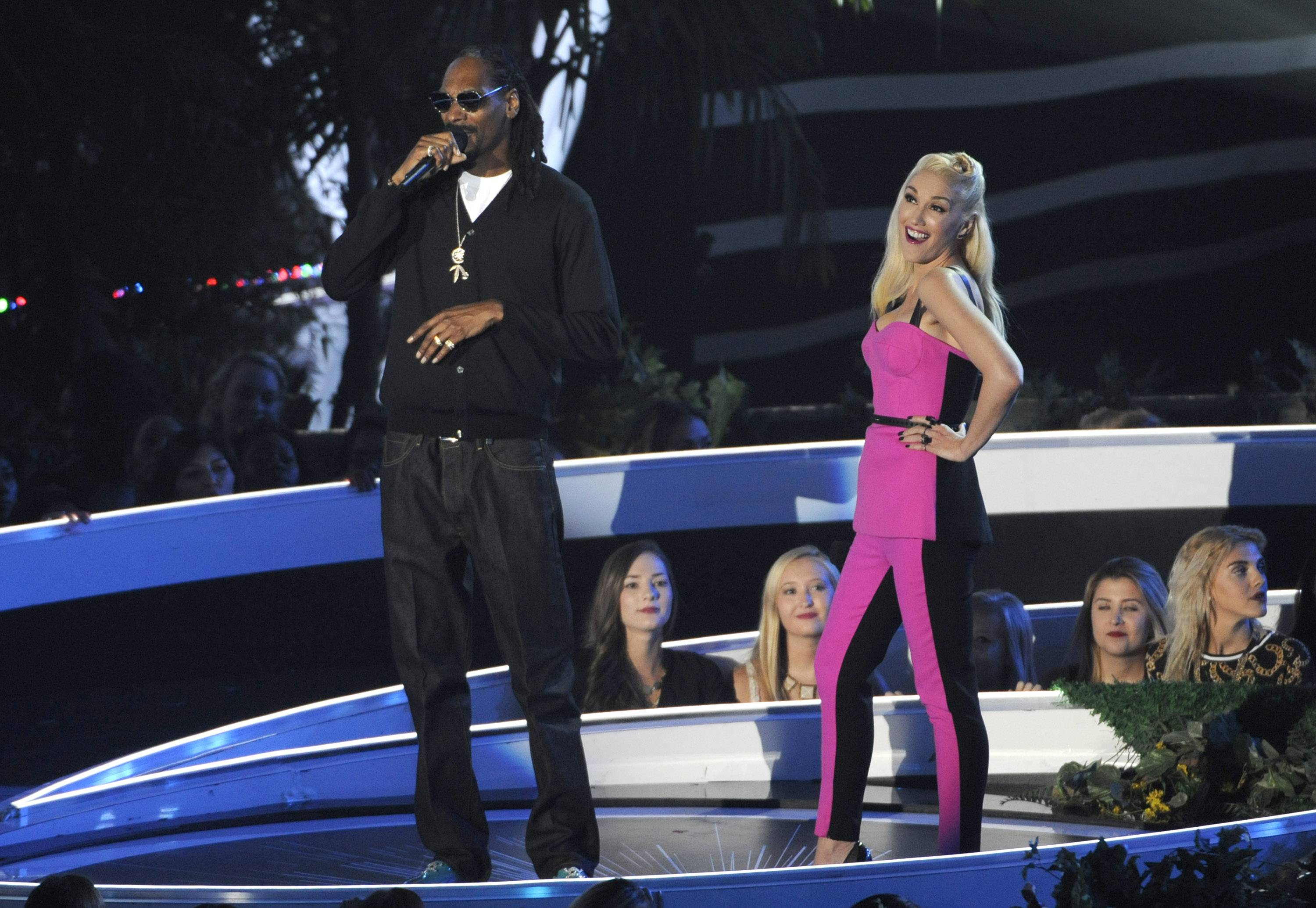 Snoop Dogg and Gwen Stefani present an award for best female video at the MTV Video Music Awards.