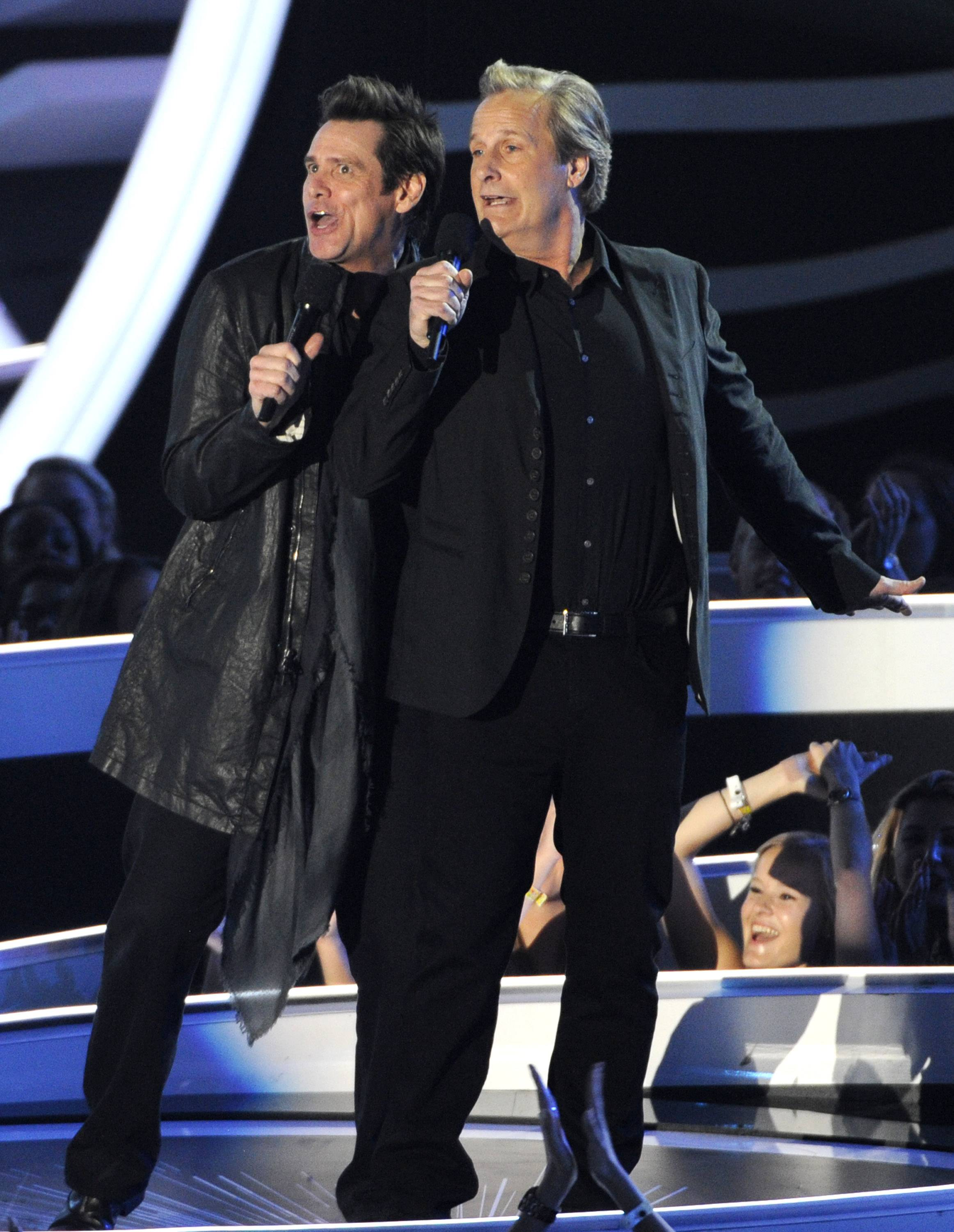 Jim Carrey, left, and Jeff Daniels present the award for Best Pop Video at the MTV Video Music Awards.