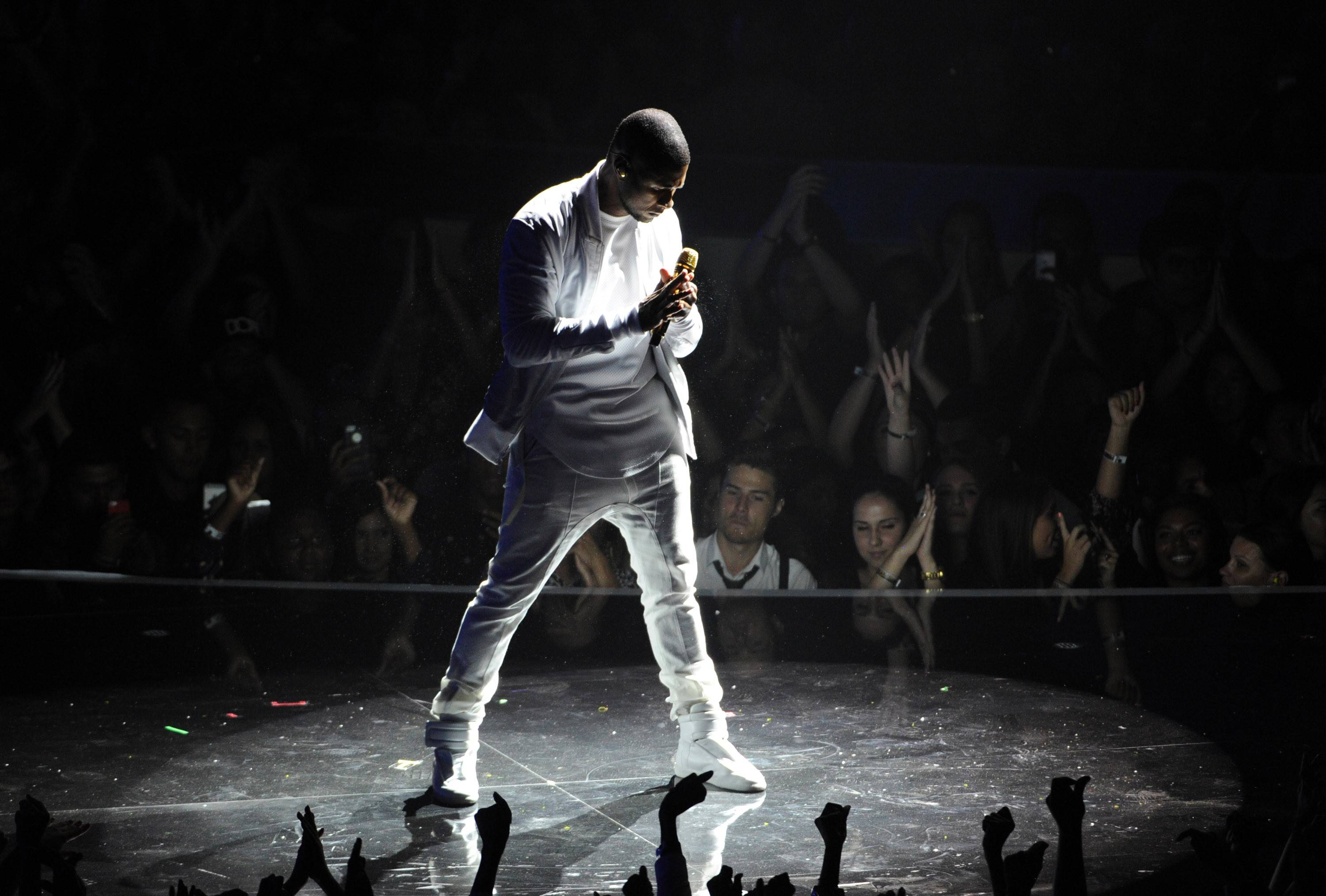 Usher performs at the MTV Video Music Awards.