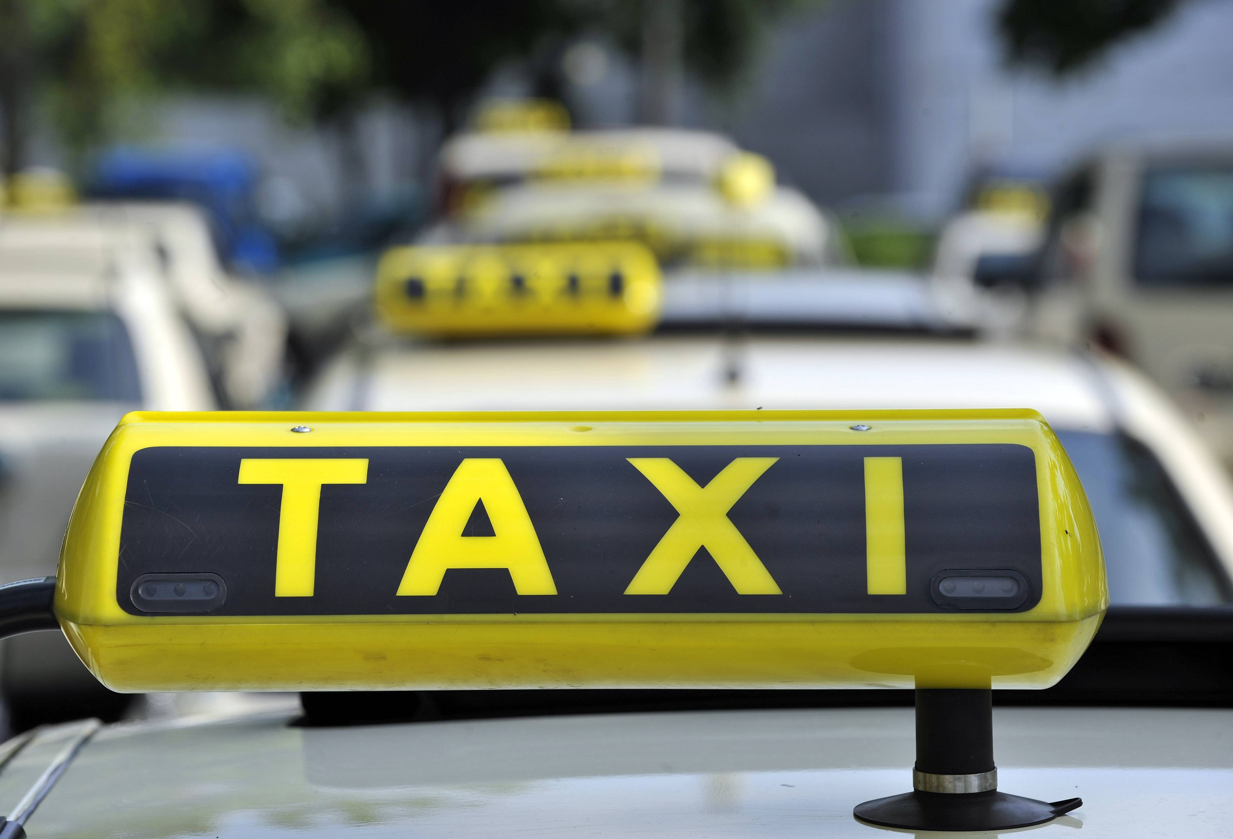 A German taxi organization won a fast-track ruling that may halt the use of Uber Technologies Inc.'s ride-hailing application in the country.