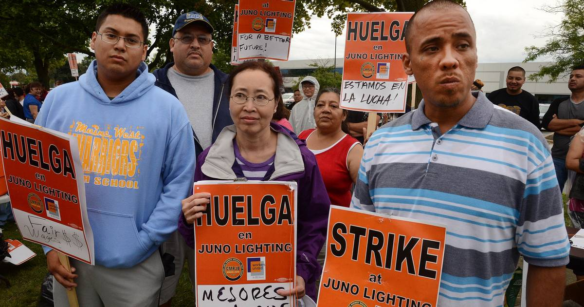 workers on strike at juno lighting group in des plaines
