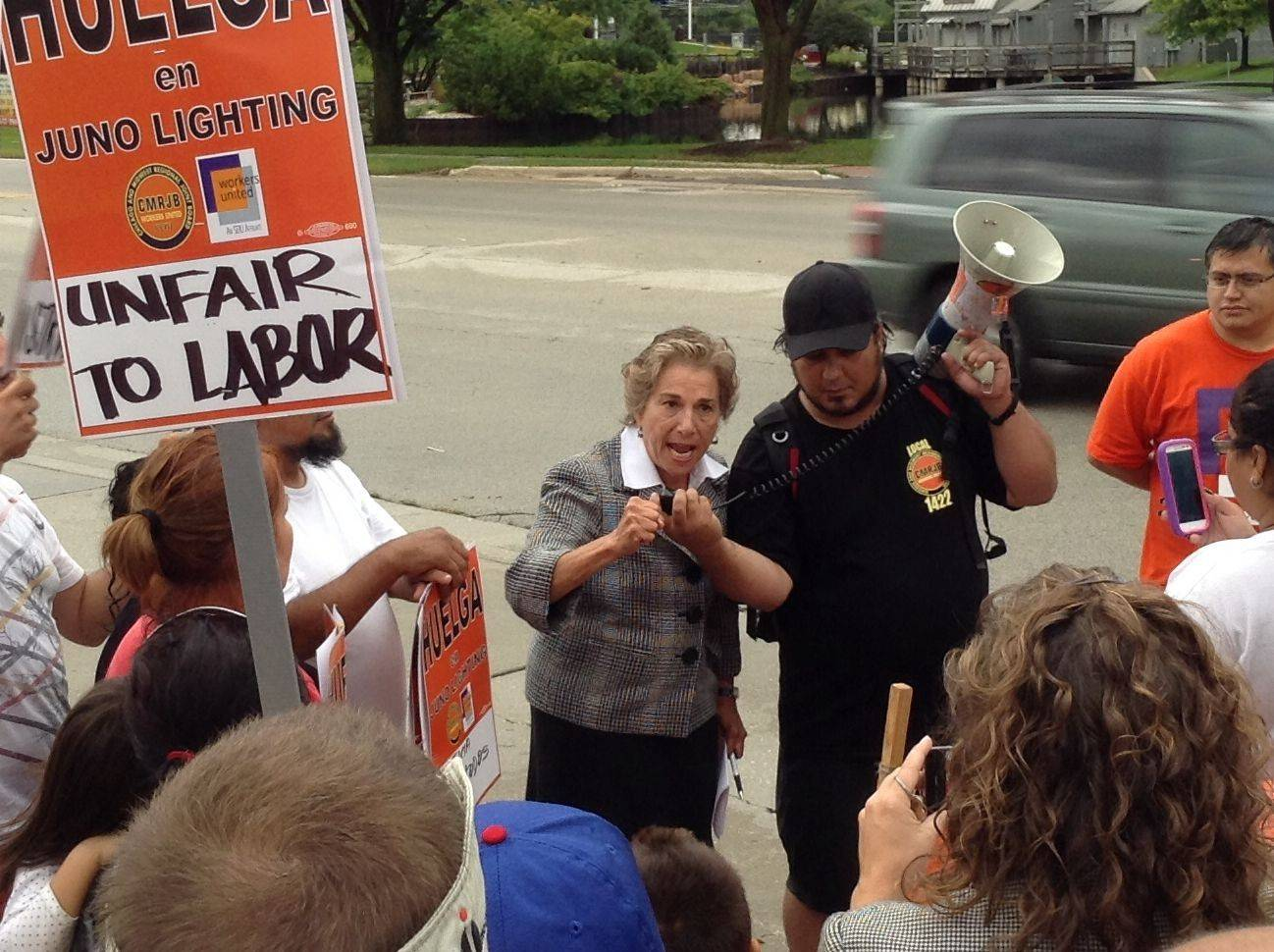 Schakowsky backs striking workers at Juno Lighting Group in Des Plaines