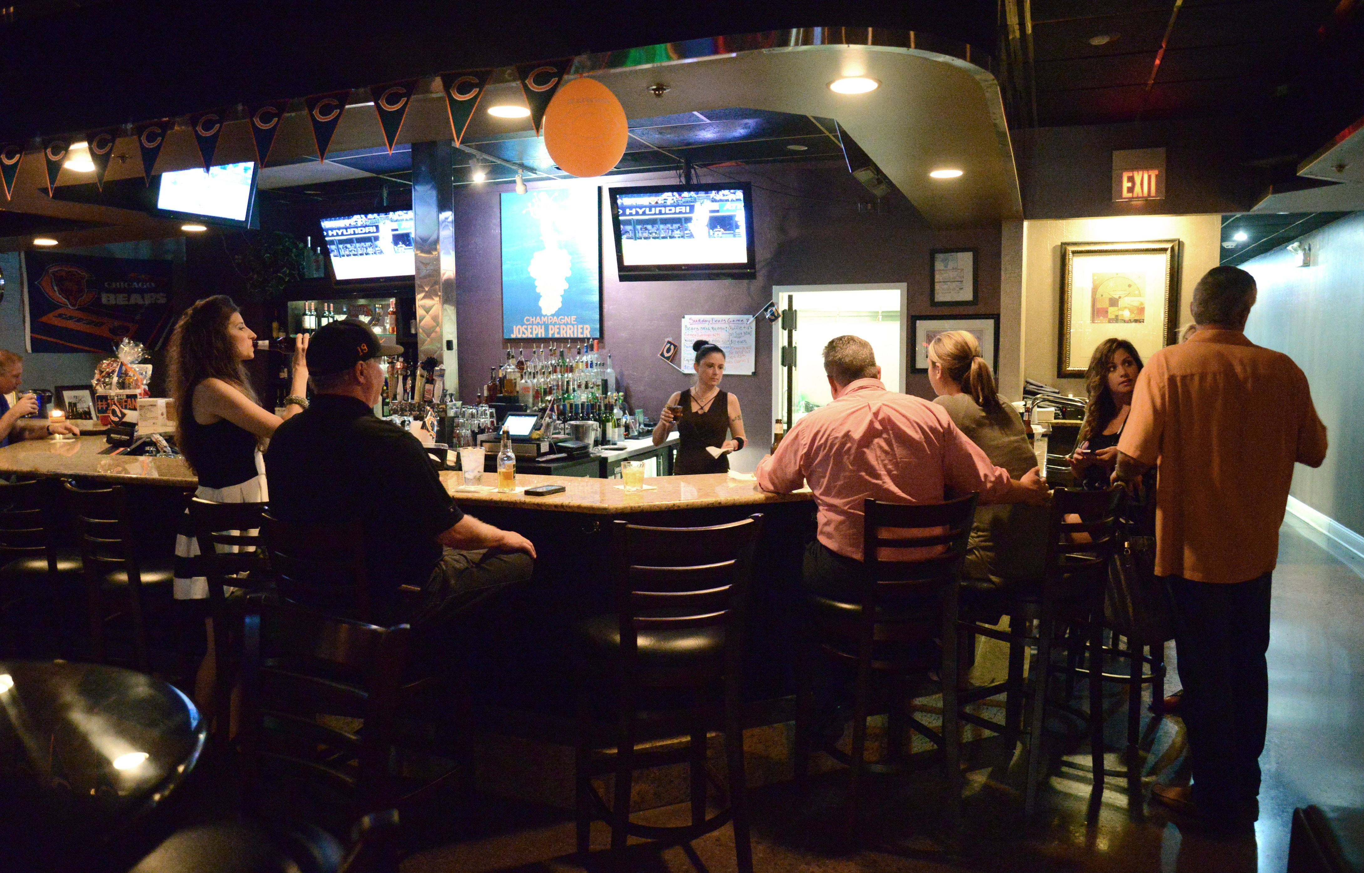 � Salute Lounge & Grill in St. Charles draws groups of friends, sports fans and music lovers.