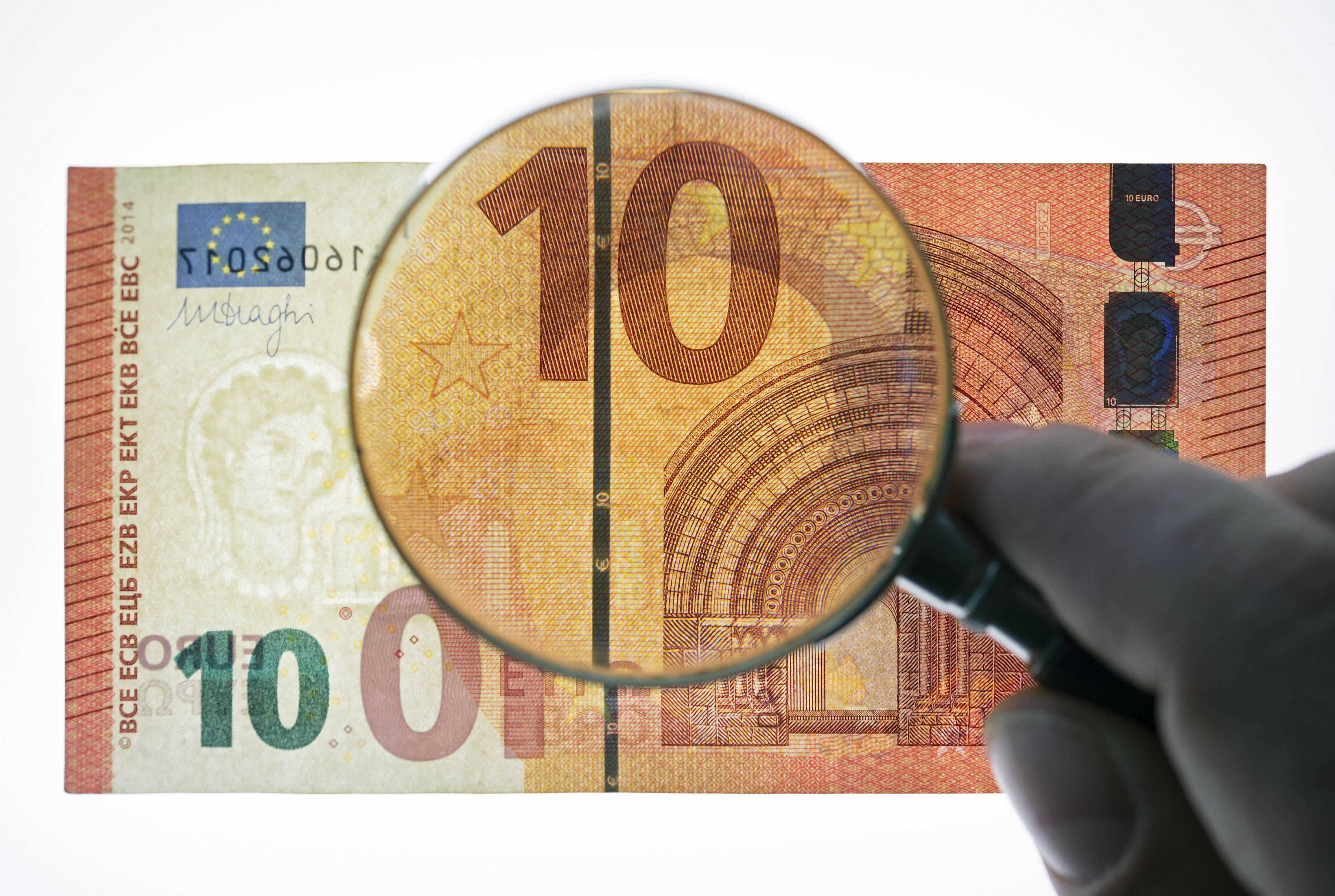 A counterfeit money expert of the German Federal Bank showing the security features Thursday of a new ten euro banknote during a press conference at the branch office of the German Federal Bank in Erfurt, central Germany.
