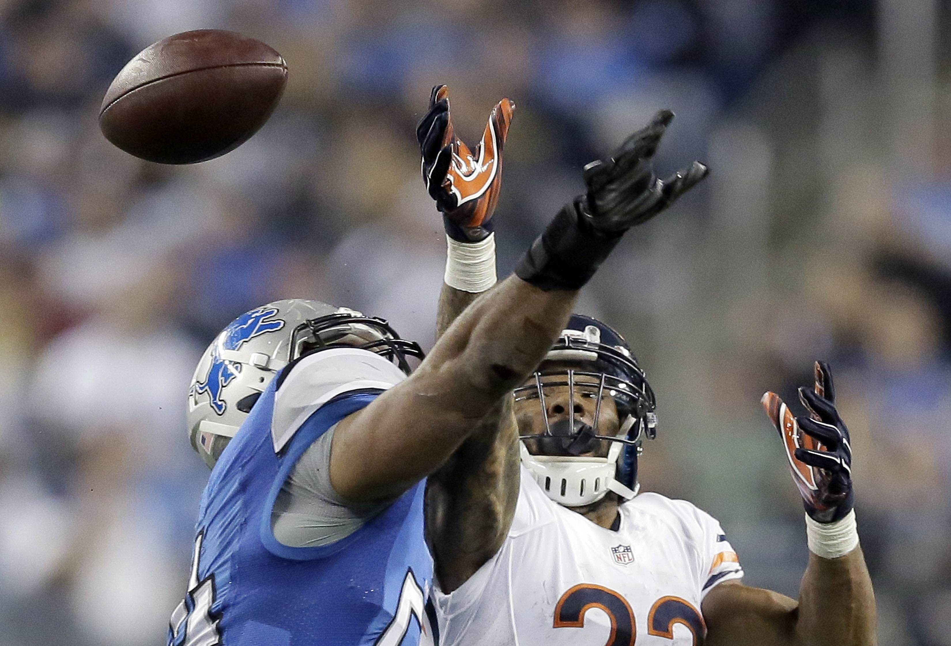 Lions linebacker DeAndre Levy deflects a pass intended for the Bears' Matt Forte during the second half Sunday. The Bears ran the ball only eight times vs. 51 pass plays, and Forte had 5 carries for just 6 yards.
