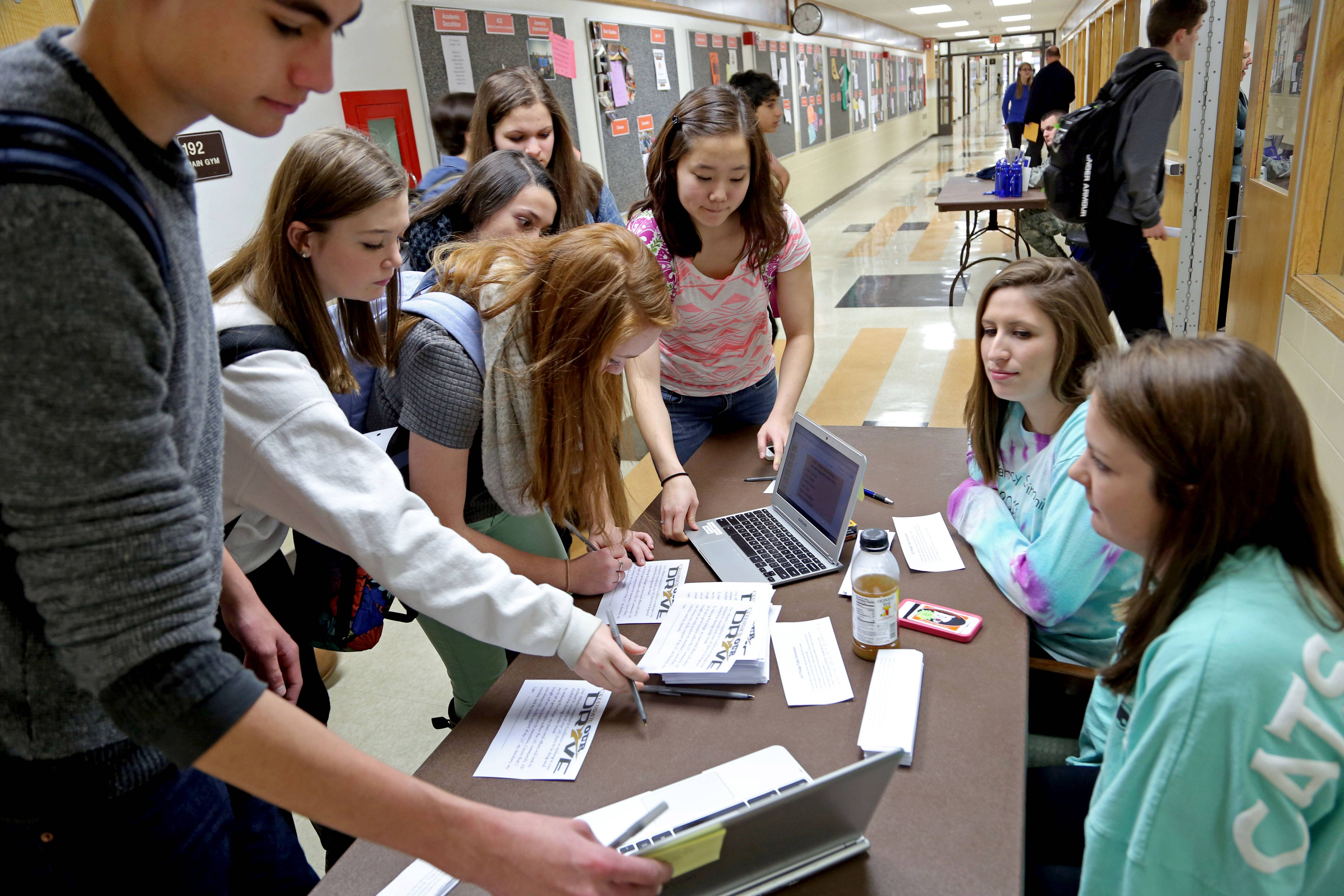 Libertyville High students sign pledge to avoid drugs, alcohol during winter break