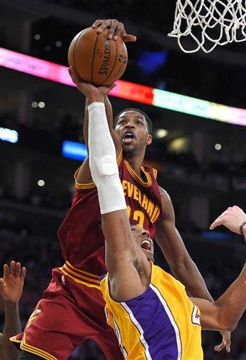 LeBron's Cavs hold off Kobe's Lakers, 109-102