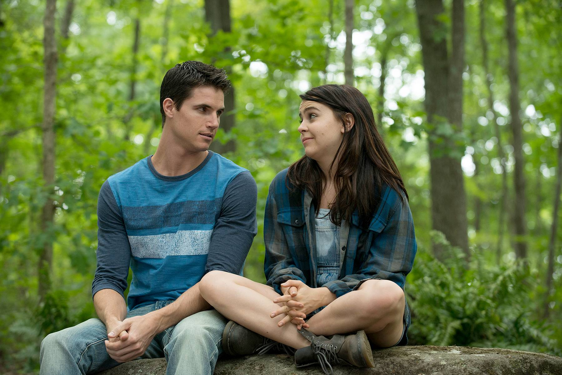 "Wesley (Robbie Amell) offers tips to help Bianca (Mae Whitman) become more popular in ""The DUFF."""