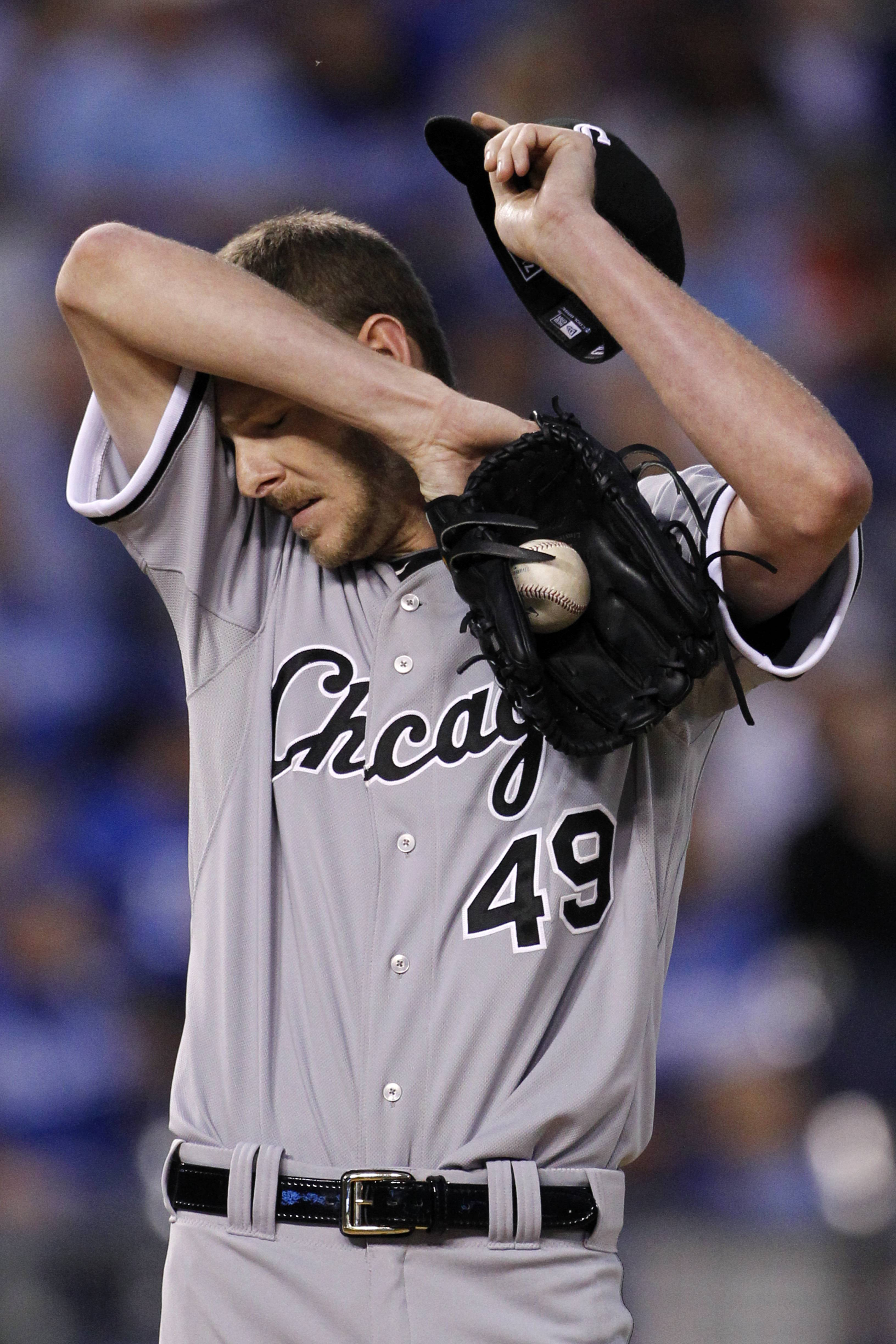 On Saturday, the White Sox announced Chris Sale suffered an avulsion fracture on the lateral side of his right foot in an accident at his home the day before.The Sox also announced Sale is expected to be sidelined for three weeks before he can resume baseball activities.