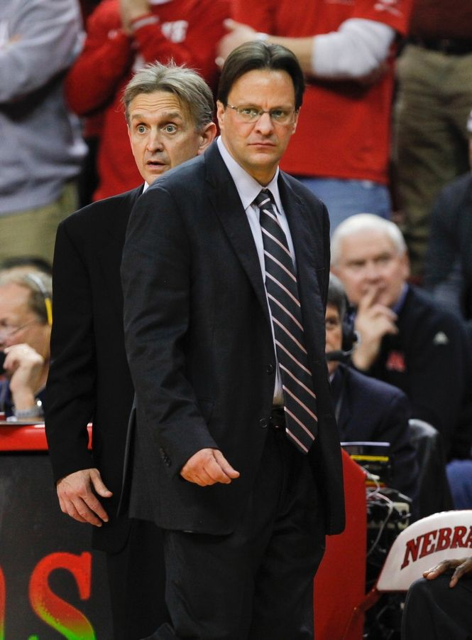 Steve McClain, standing directly behind Indiana coach Tom Crean, has been hired as the men's basketball head coach at Illinois-Chicago.