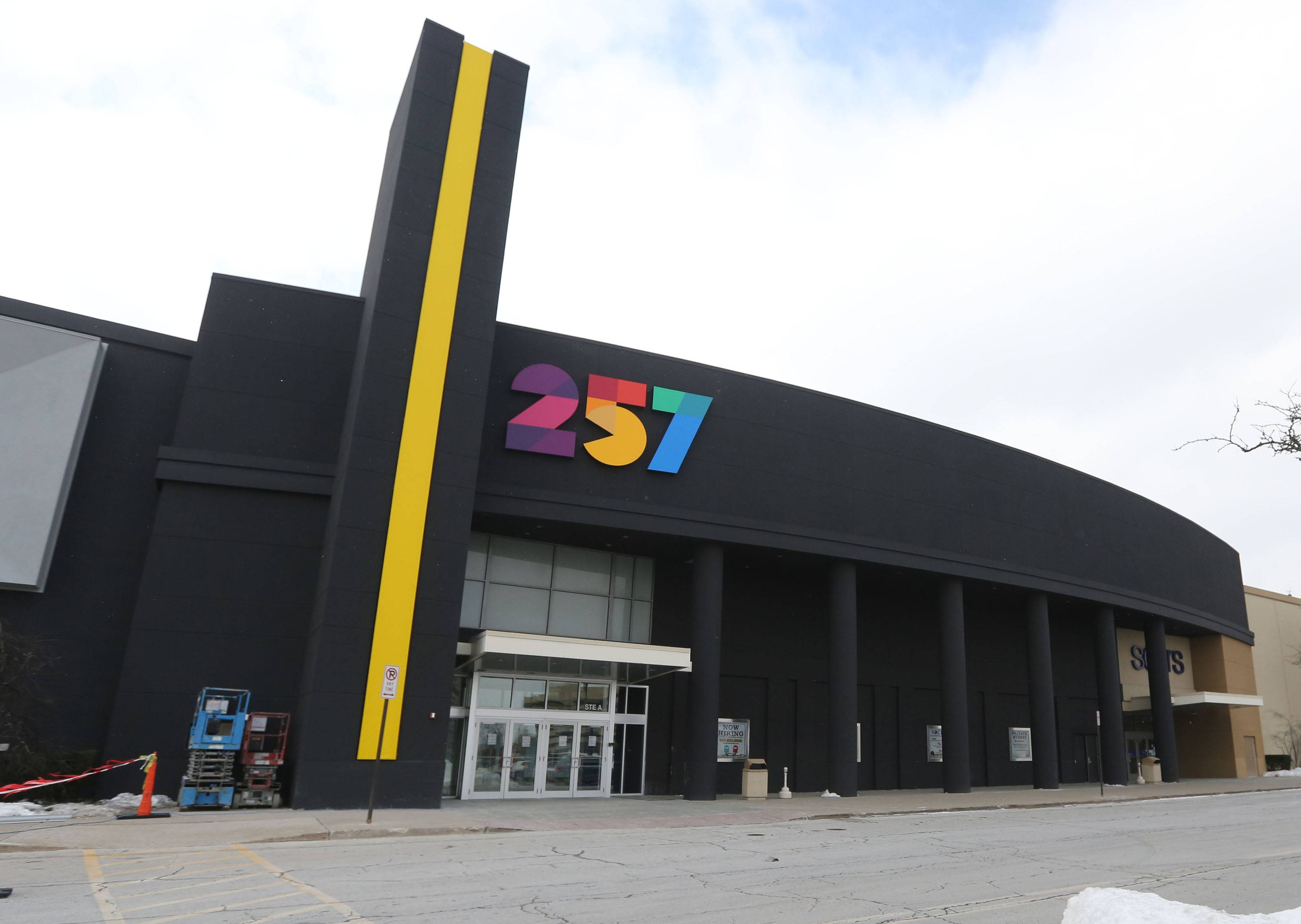 Former sports stars highlight grand opening celebration of Level 257 in Schaumburg