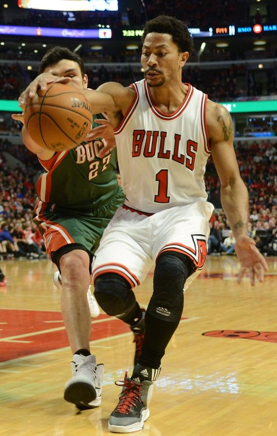 31ef555ce616 Derrick Rose of the Chicago Bulls tries to keep the ball from going from  out of