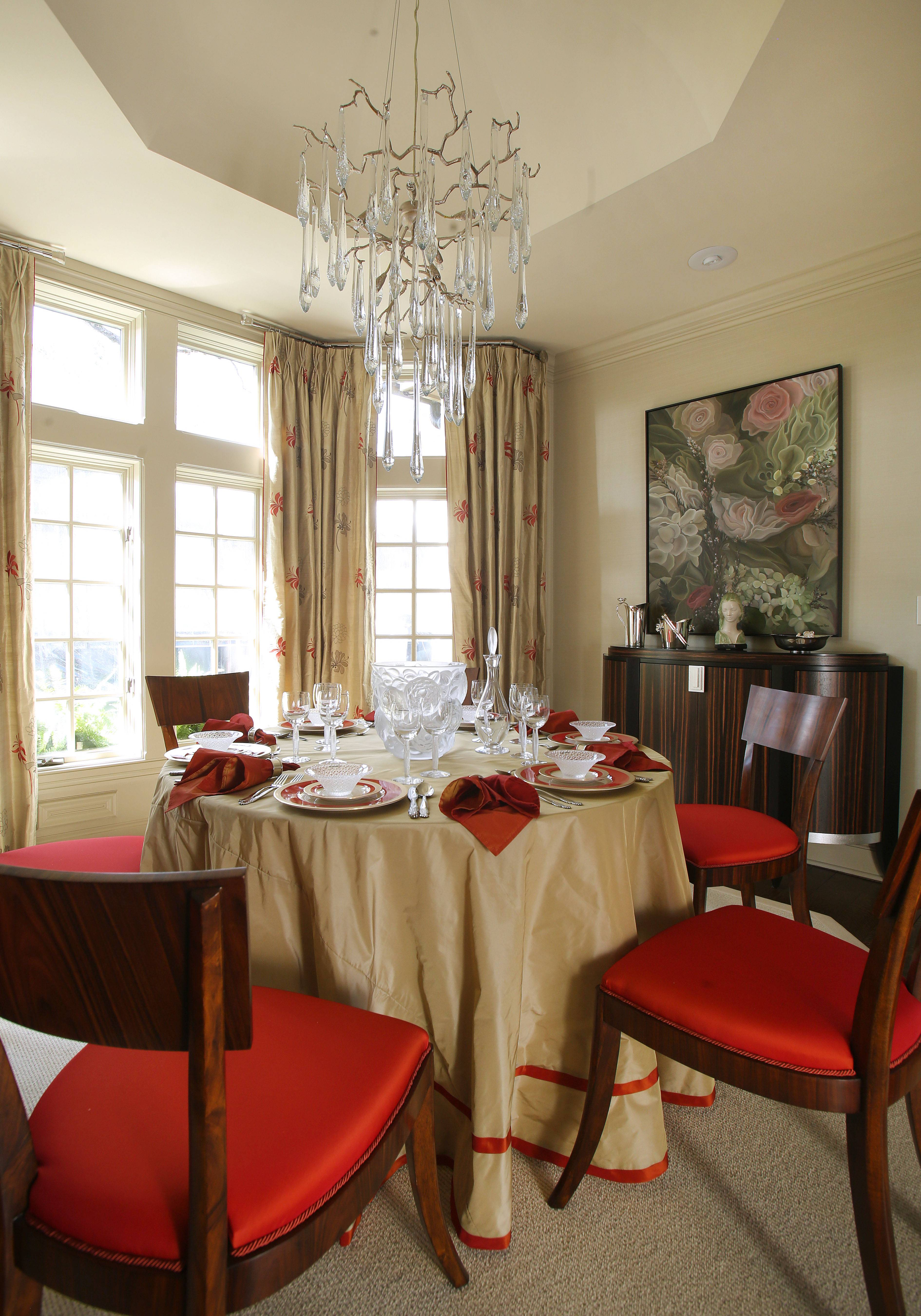Lori Lennon's family dining room is welcoming, bright and colorful.