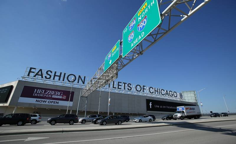 Hundreds Of Pers Converged On Rosemont S Fashion Outlets Chicago For Its Grand Opening And Ribbon