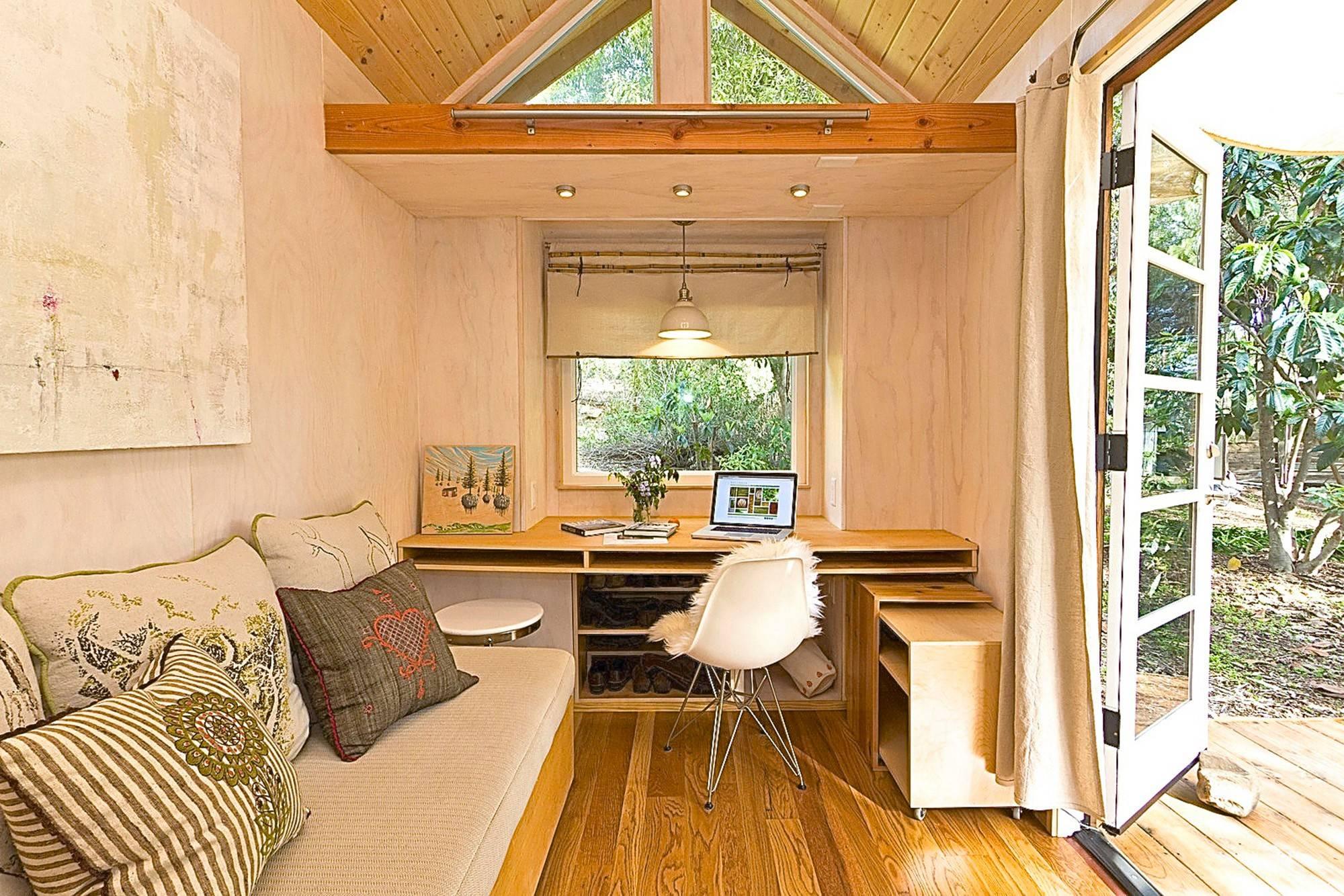 Дизайн загородного маленького дома внутри.