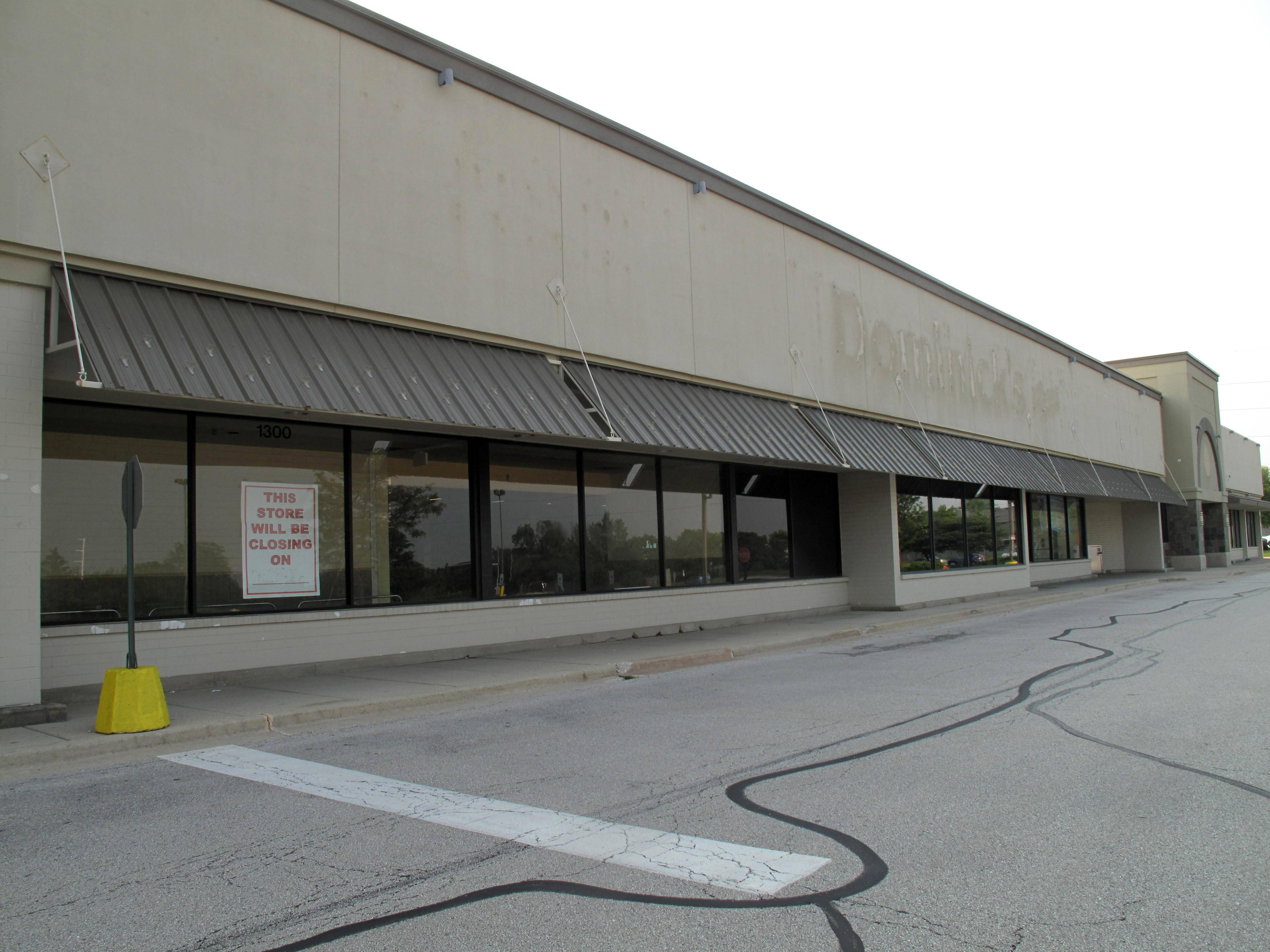 A Mariano's grocery store to replace the former Dominick's at 1300 Naper Boulevard in Naperville is scheduled to open in 2016. The former store will be demolished before a new Mariano's is built.