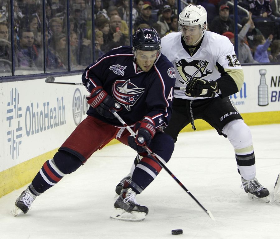 Former Columbus Blue Jackets center Artem Anisimov, left, has signed a five-year extension with the Blackhawks.