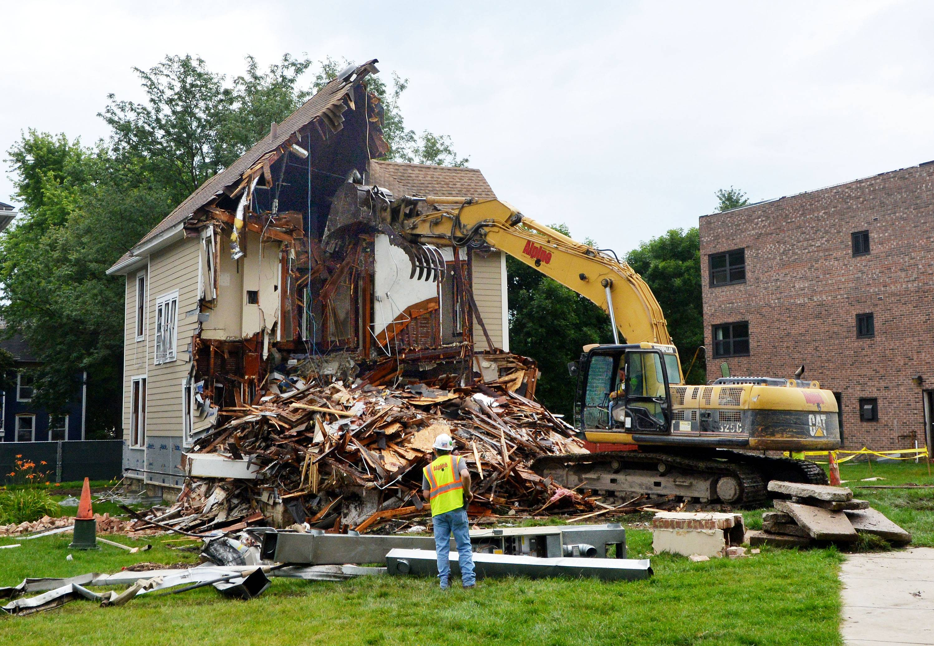 Houses coming down for Naperville science center