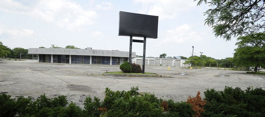 Developers are planning to build a 73,000-square-foot Mariano's grocery store on the site of this shuttered bus company facility in Des Plaines.