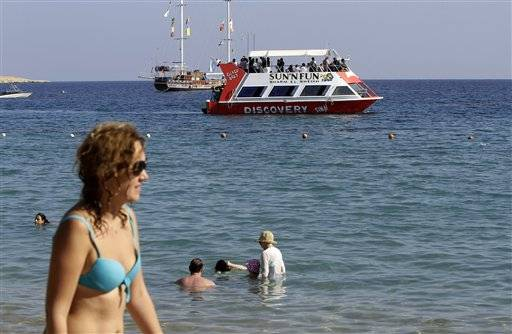 Tourista enjoy the Red Sea in Naama Bay, Sharm el-Sheikh, south Sinai, Egypt, Saturday, Nov. 7, 2015. Egypt's Foreign Minister Sameh Shoukry complained on Saturday that Western governments had not sufficiently helped Egypt in its war on terrorism and had not shared relevant intelligence with Cairo regarding the downed Russian airplane that crashed last week in the Sinai, killing 224 people onboard.