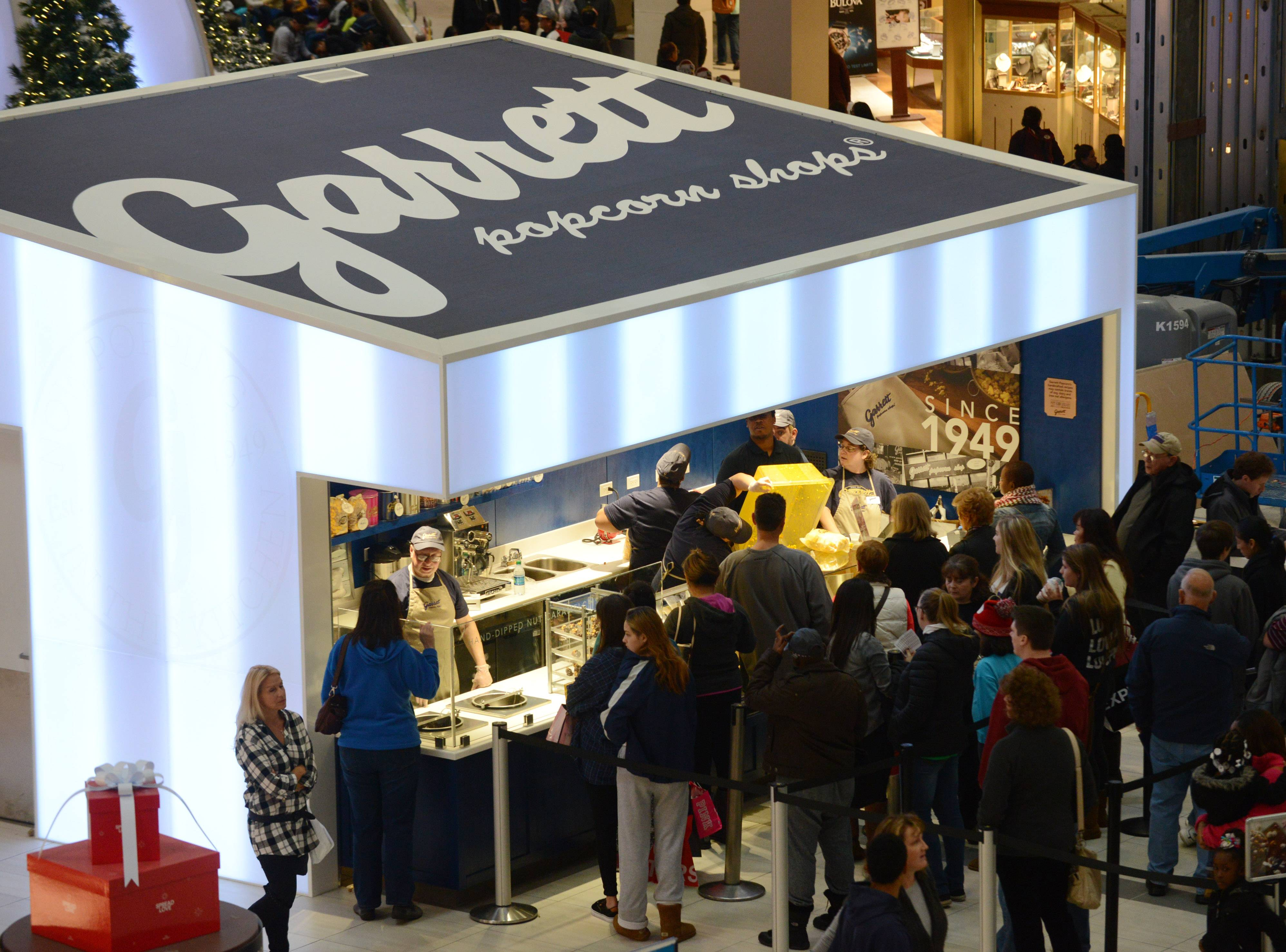 Garrett Popcorn Shops opened its first suburban location in the Grand Court of Schaumburg's Woodfield Mall Friday morning.