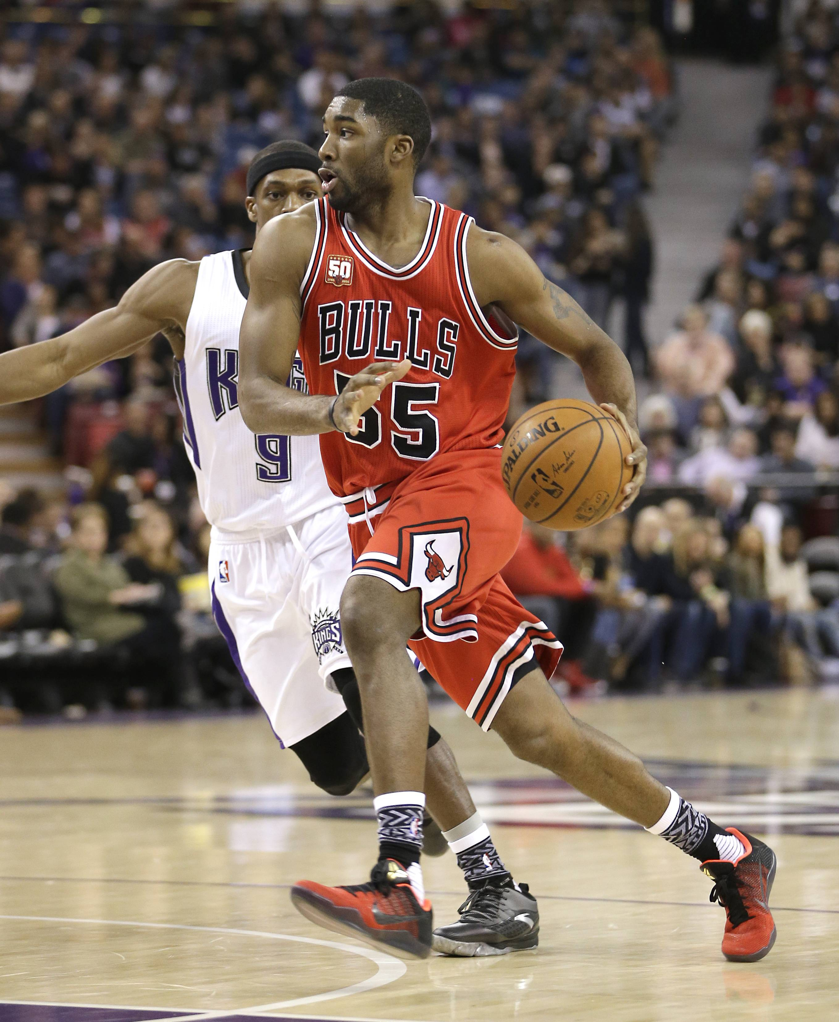 Chicago Bulls guard E'Twaun Moore, right, drives to the basket against Sacramento Kings guard Rajon Rondo during the first quarter of an NBA basketball game in Wednesday, Feb. 3, 2016, in Sacramento, Calif. (AP Photo/Rich Pedroncelli)