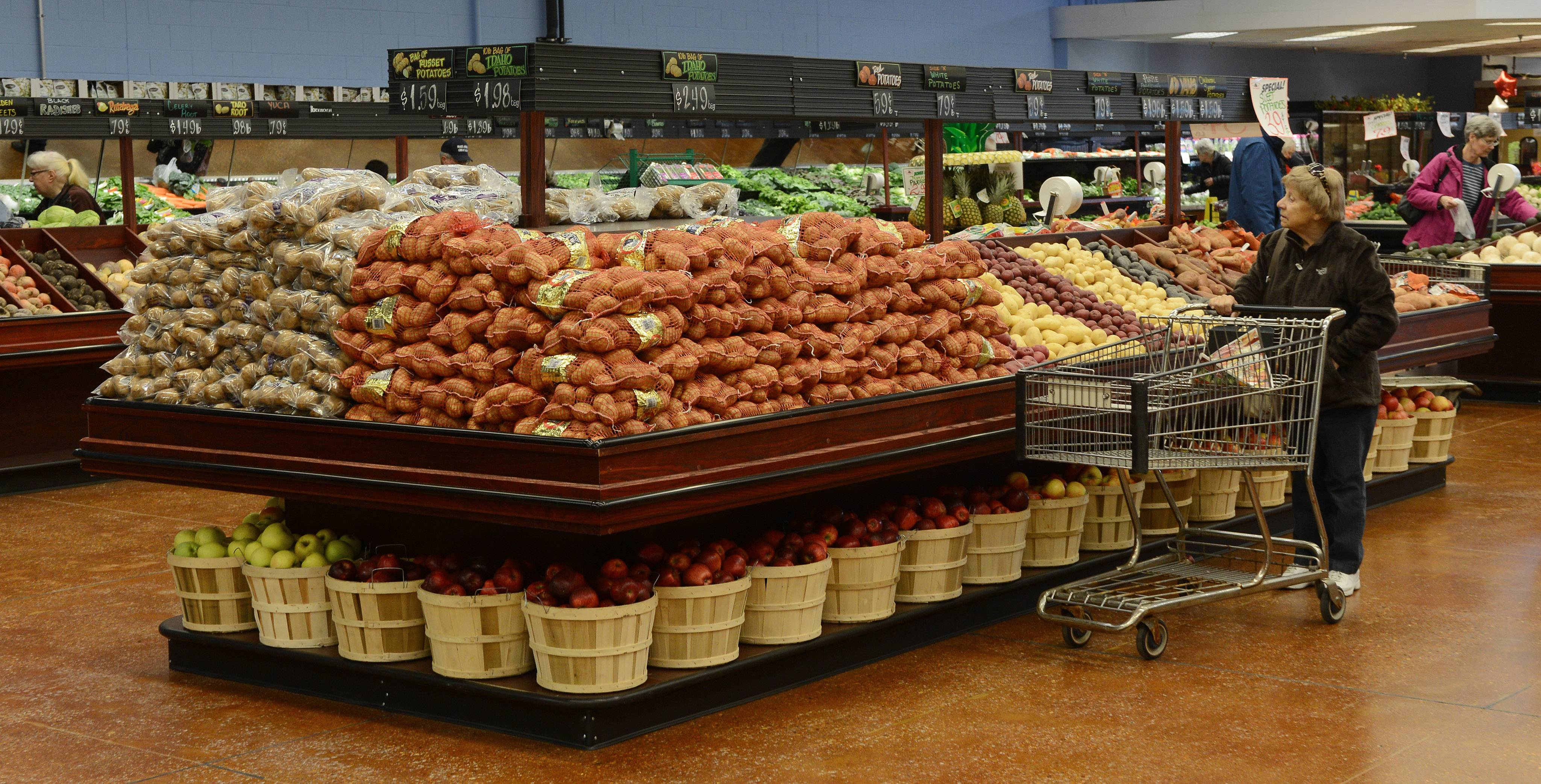 Joe Caputo & Sons will close its Elk Grove Village store on Sunday, just days after a federal lawsuit accused the grocery chain of not paying for $3.6 million worth of produce.