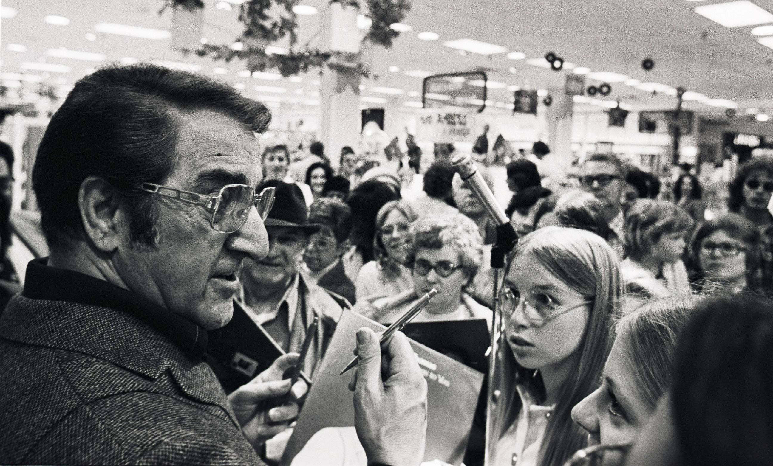 Actor, singer and producer Danny Thomas signs autographs for fans during a visit to Woodfield Mall in Schaumburg.