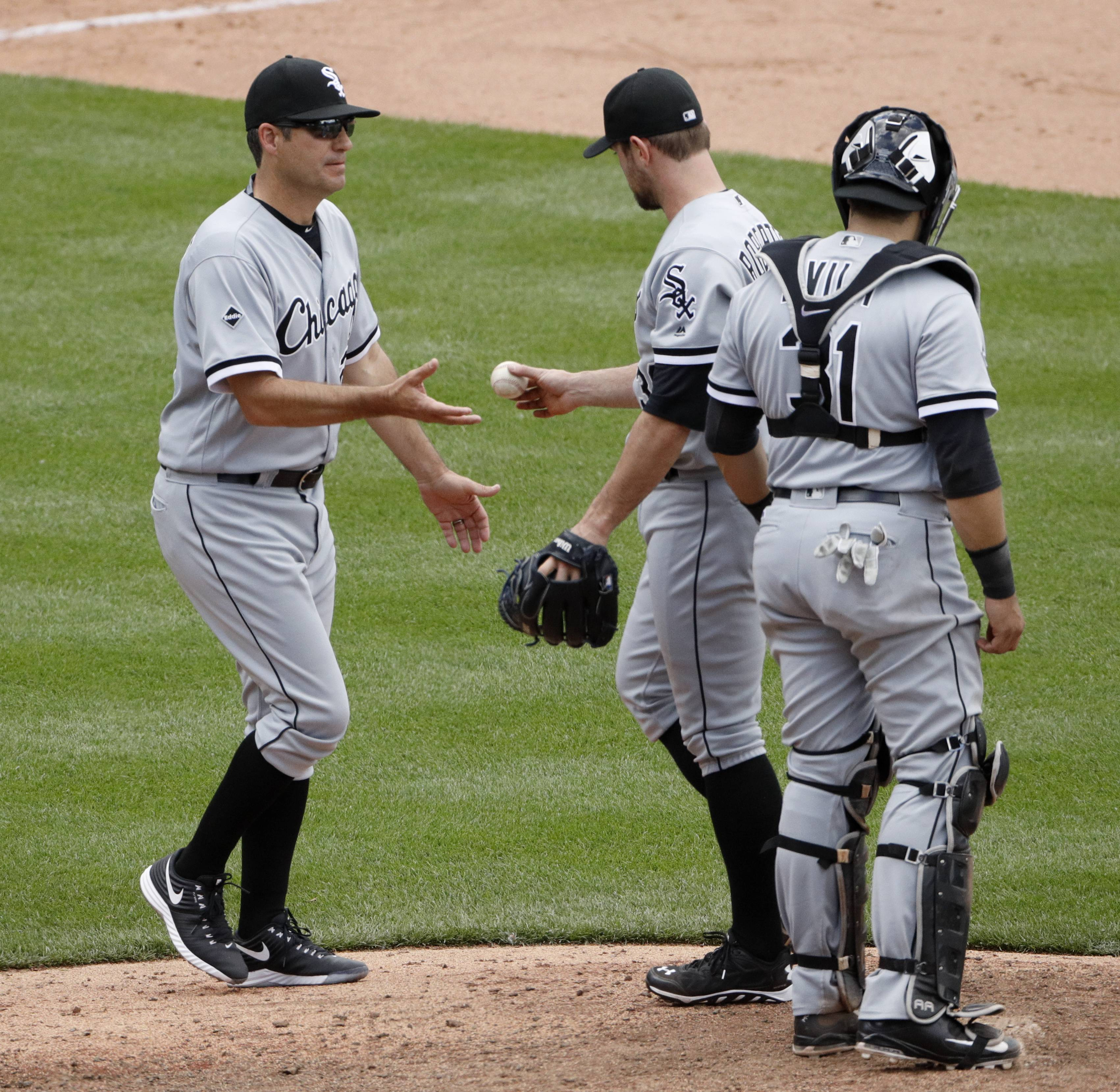 Chicago White Sox manager Robin Ventura, left, takes the ball from relief pitcher David Robertson as he makes pitching change during the ninth inning of a baseball game against the Kansas City Royals Saturday, May 28, 2016, in Kansas City, Mo. The Royals won 8-7.
