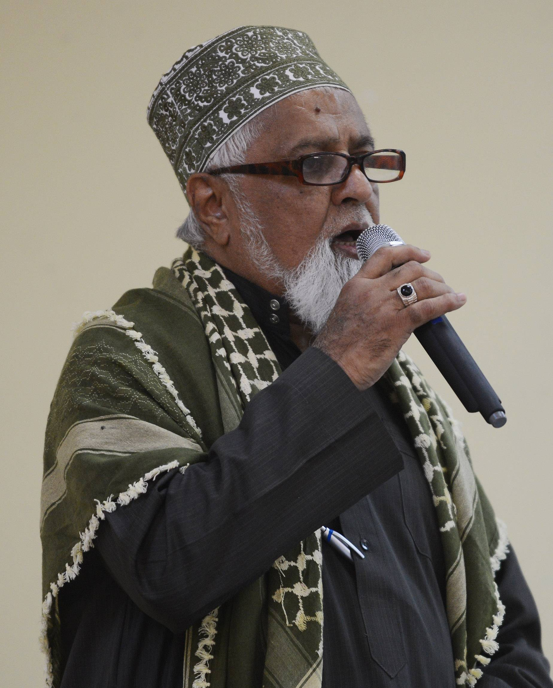 Dr. Ahmad Abdul Karim Jangda speaks during the annual interfaith observation of Ramadan fast-breaking dinner at the Masjid Al Huda mosque in Schaumburg Wednesday.