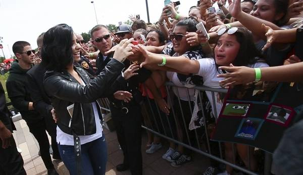 Nick jonas demi lovato meet fans in aurora nick jonas left and demi lovato greet fans tuesday at chicago premium outlets in m4hsunfo