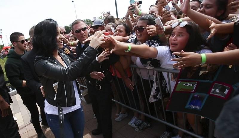 Nick jonas demi lovato meet fans in aurora nick jonas left and demi lovato greet fans tuesday at chicago premium outlets in m4hsunfo