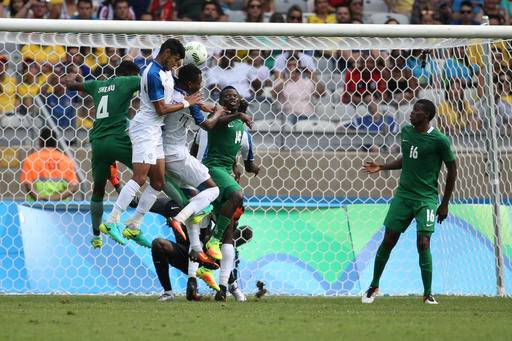 Honduras' Marcelo Pereira, second left, scores his side's 2nd goal during the bronze medal match of the men's Olympic football tournament between Honduras and Nigeria at Mineirao stadium in Belo Horizonte, Brazil, Saturday Aug. 20, 2016. (AP Photo/Eugenio Savio)