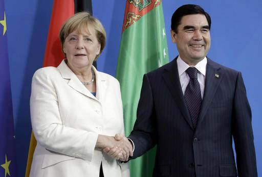 German Chancellor Angela Merkel, left, and the President of Turkmenistan, Gurbanguly Berdimuhamedow, right, shake hands after a joint news conference as part of a meeting at the chancellery in Berlin, Germany, Monday, Aug. 29, 2016. (AP Photo/Michael Sohn)