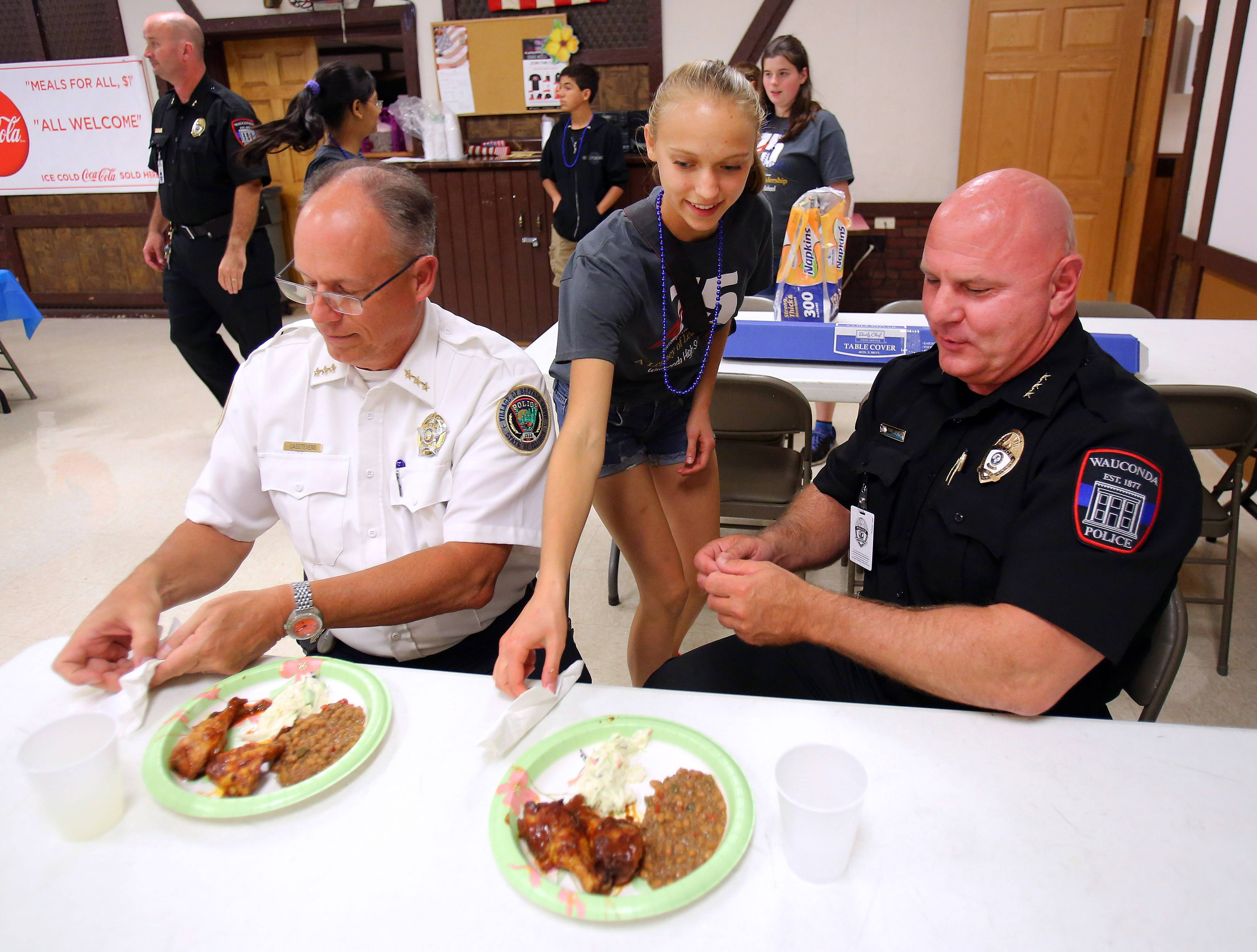 Police officers enjoy free meal in Wauconda