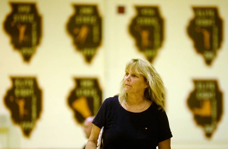 Nancy Lill surpassed 900 career victories as her girls volleyball team went  5-0 in