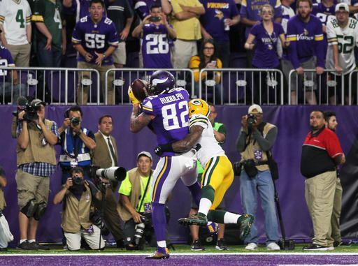 Minnesota Vikings tight end Kyle Rudolph (82) catches an 8-yard touchdown  pass d396eae8d