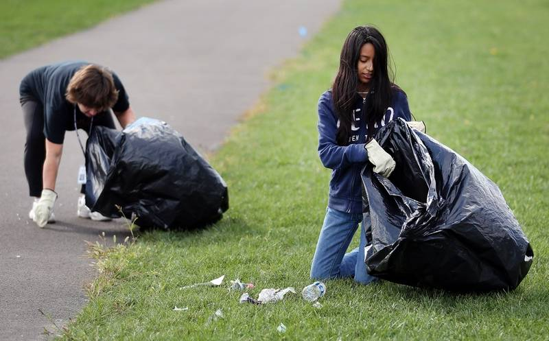 Mundelein students pitch in to help community
