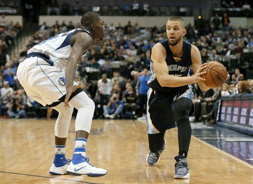 Dallas Mavericks' Dorian Finney-Smith defends as Memphis Grizzlies' Chandler Parsons prepares to make a pass in the first half of an NBA basketball game, Friday Nov. 18, 2016, in Dallas.