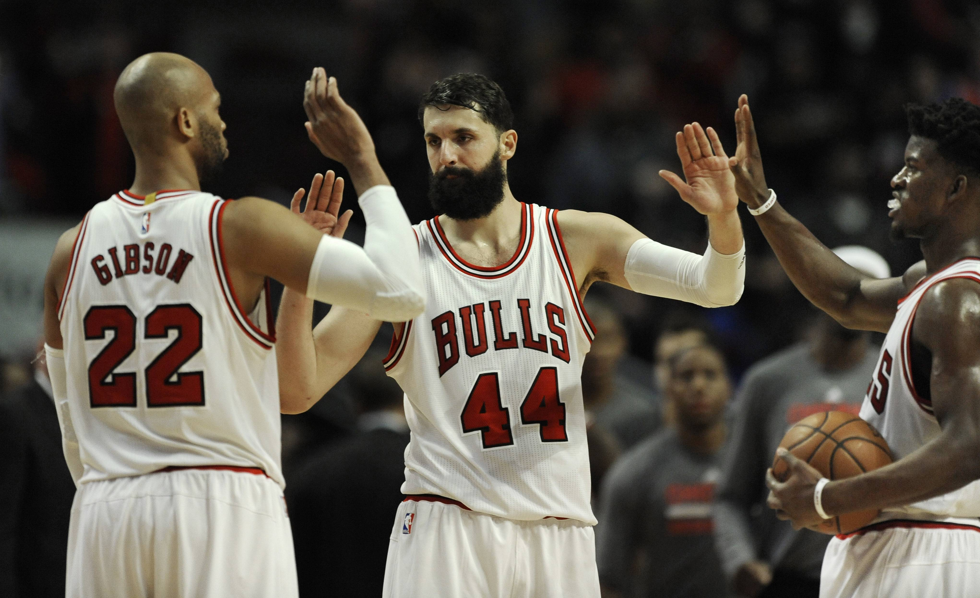 Wade, Mirotic lead Bulls past Pacers