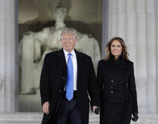 "President-elect Donald Trump and his wife Melania Trump arrive at a pre-Inaugural ""Make America Great Again! Welcome Celebration"" at the Lincoln Memorial in Washington, Thursday, Jan. 19, 2017. (AP Photo/Evan Vucci) (Foto: The Associated Press)"