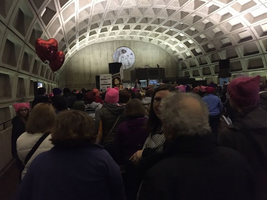 A crowd of people on Saturday head to the turnstiles to leave L'Enfant Plaza Metro station, one of the closest to the National Mall. MUST CREDIT: Washington Post photo by Fenit Nirappil