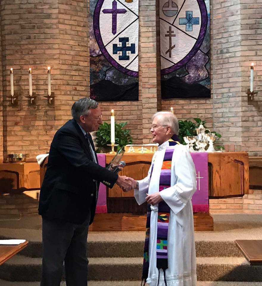 Jonathan Laabs of the Lutheran Education Association presents Rev. Bill Beckmann with the 2017 LEA Christus Magister award.