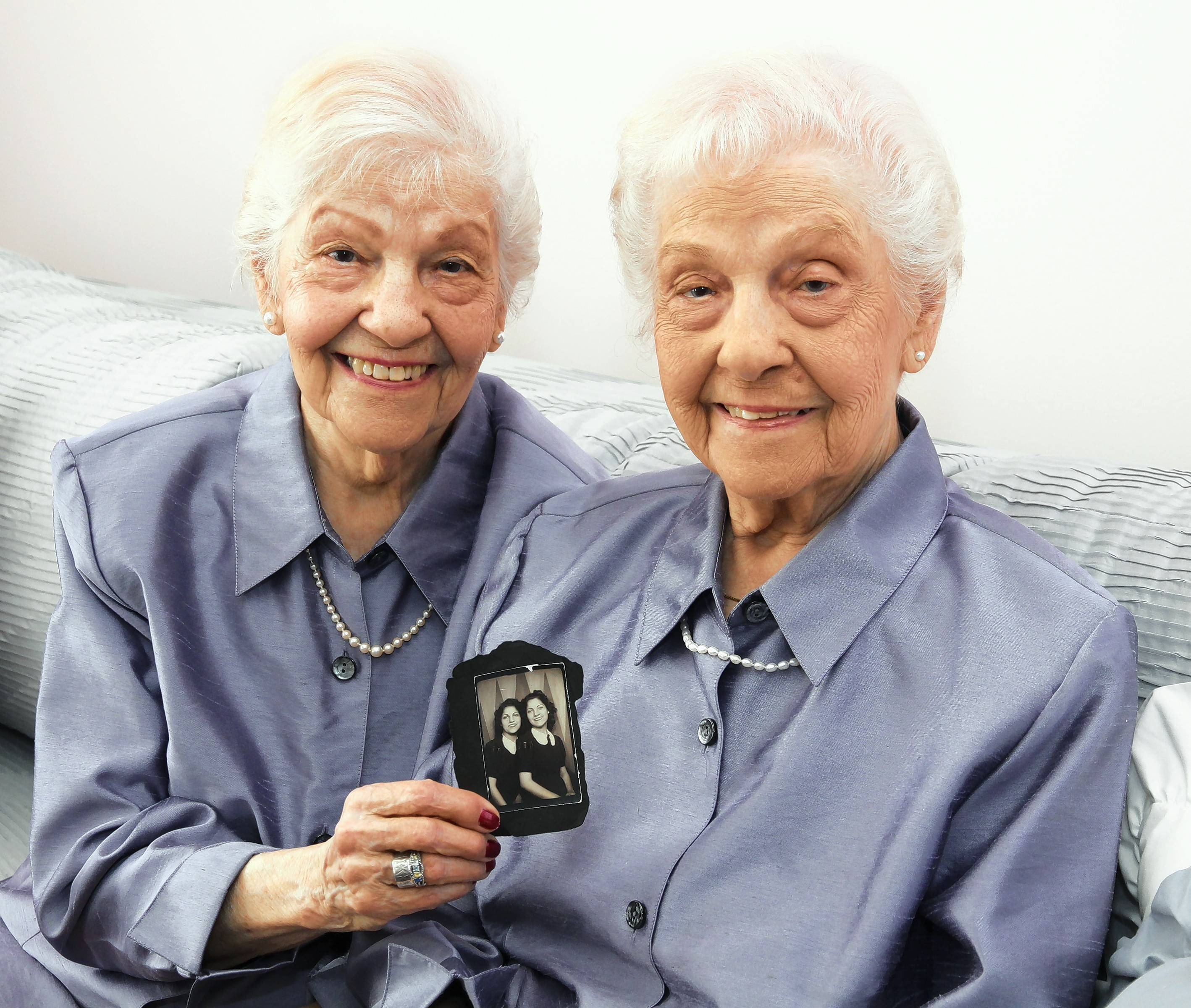 Pictures of adult identical twins