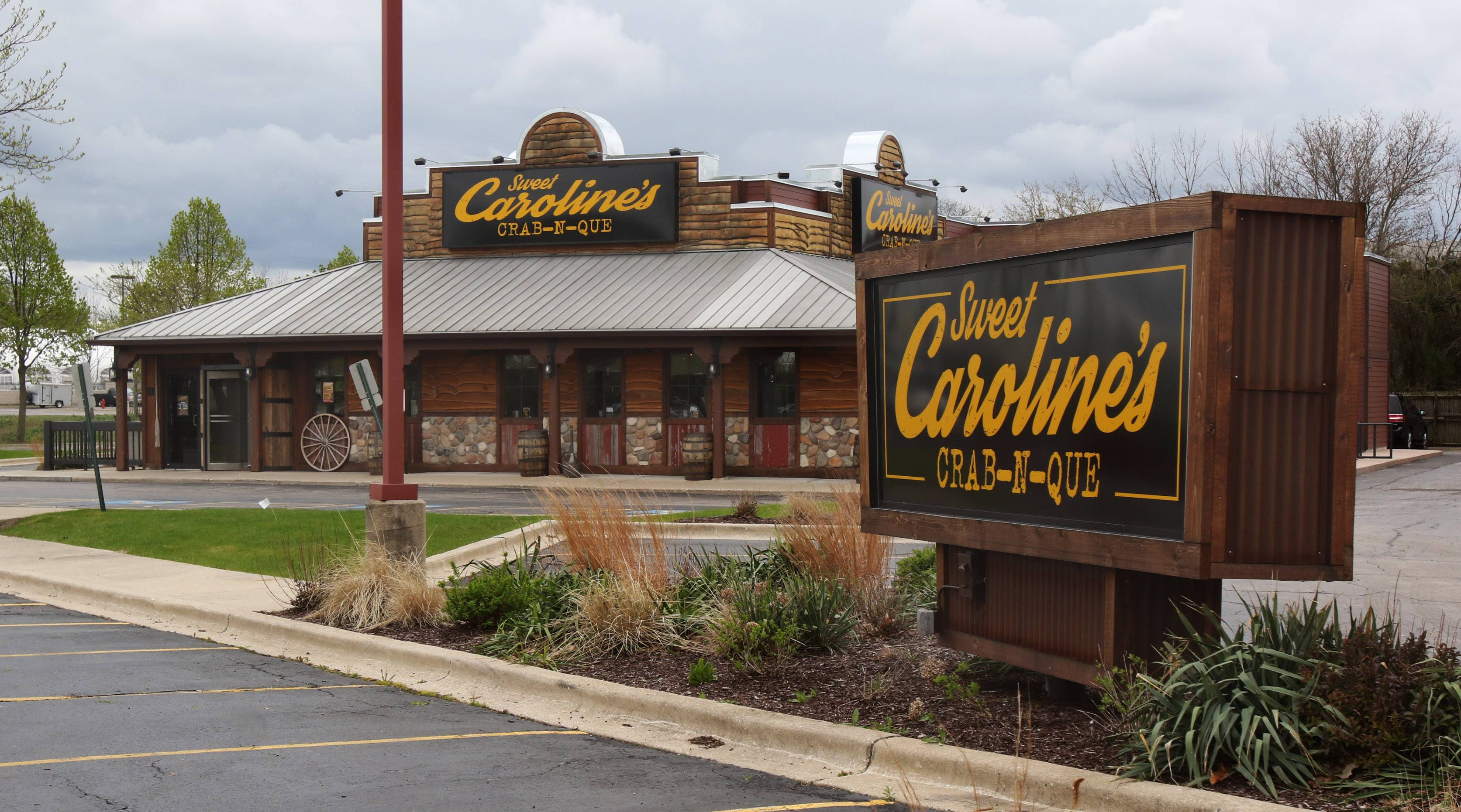 Ala Carte Entertainment's restaurants include Sweet Caroline's Crab-N-Que restaurant in Hoffman Estates, above, Drink nightclub in Schaumburg, below left, and Moretti's Ristorante and Pizzeria in Schaumburg and other suburbs.