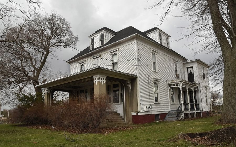 Hoffman Estates trustees Monday voted 5-2 to approve an agreement to restore the 117-year-old Bergman farmhouse at Algonquin and Ela roads as a private residence.