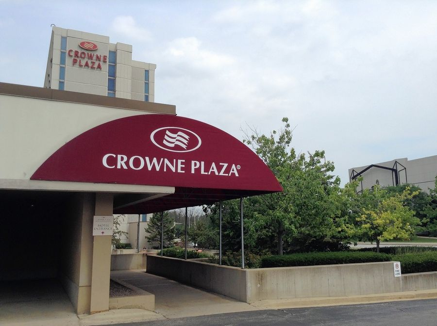 "An 8,600-square-foot ""Caddyshack""-inspired restaurant is expected to open in December inside the Crowne Plaza Hotel in Rosemont, across the street from the Rosemont Theatre."